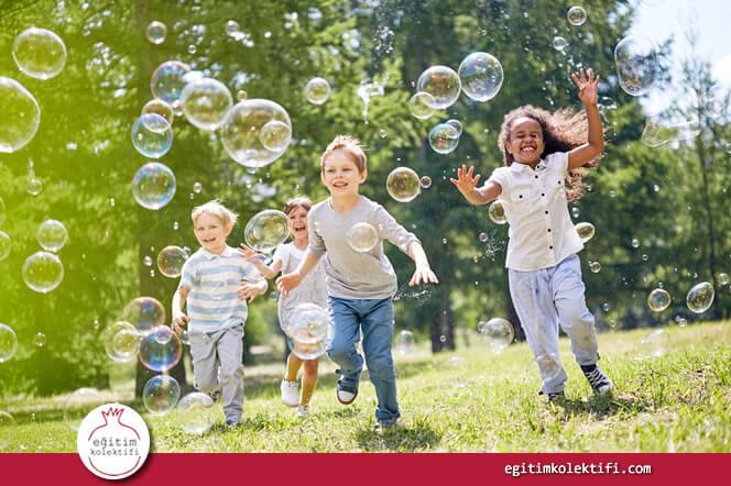 Çocuğun gelişiminde merak önemli bir yer tutar. Bedensel farkları merak etmesi doğal ve sağlıklı bir durumdur.