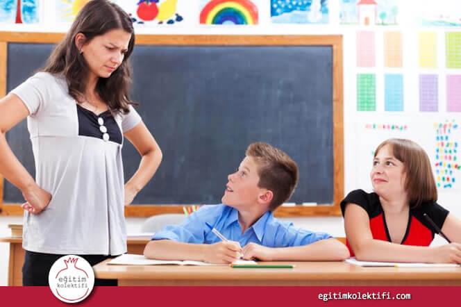 Öğretmenler erkeklerle aralarına daha geniş bir mesafe koyarak ve yüksek sesle; kız öğrencileriyle ise daha yakın mesafede, daha alçak sesle ve birebir konuşma eğilimdedirler.