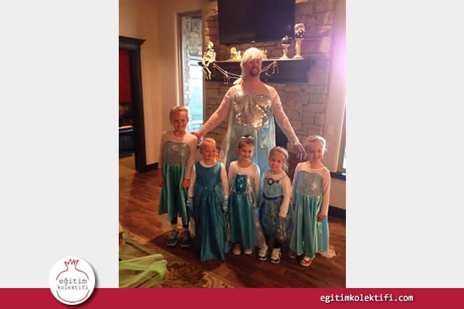 Kızının arkadaşlarıyla birlikte cadılar gününe hazırlanan baba