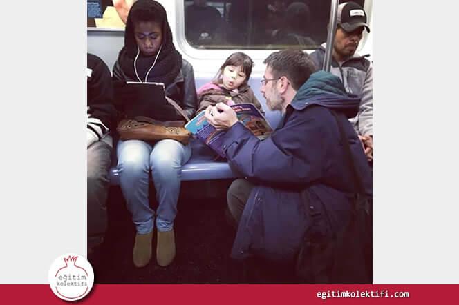 Kızına kitap okumaya metroda da devam eden baba