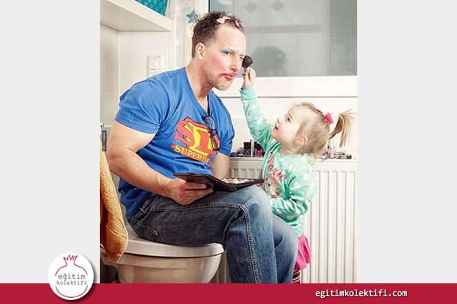 Kızıyla birlikte makyaj yapan baba