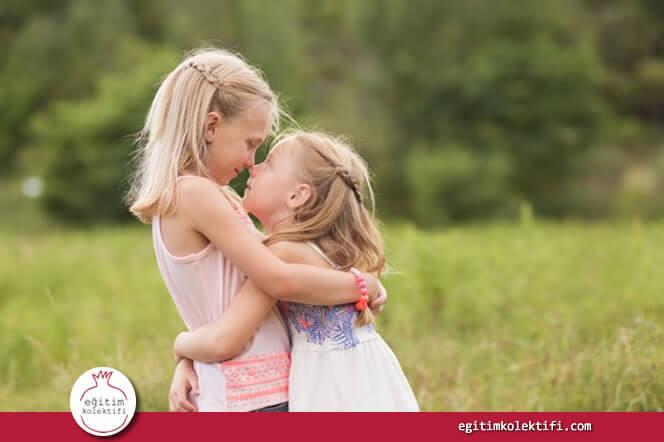 Aile içi kurallar küçük çocuklara ayrıca aktarılmaz; bunları öğretme görevi büyük çocuğa verilmiştir.