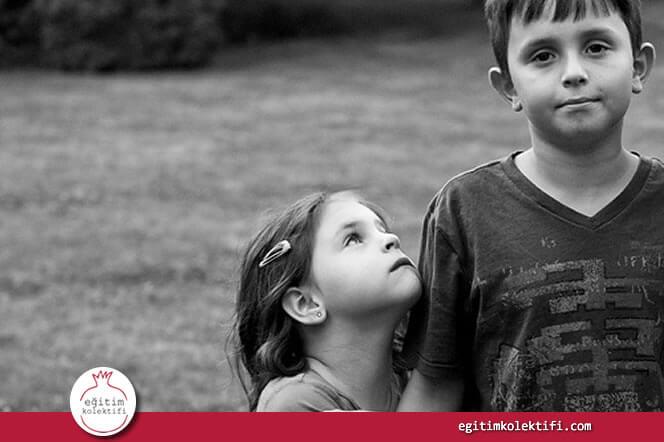 İlk çocuk küçüğün gözünde kusursuz ve bilge olacaktır.