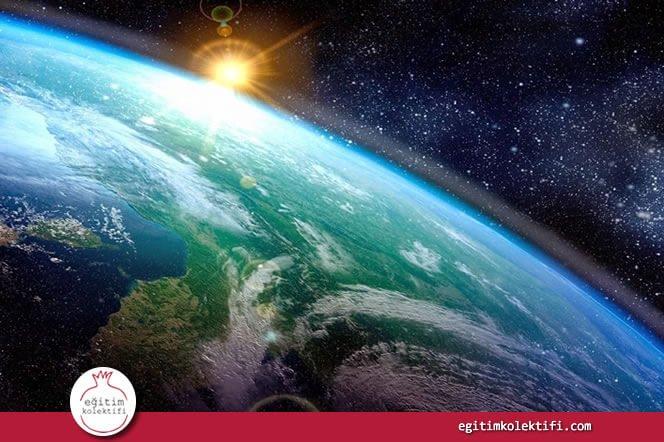 Atmosferin güneşin ışınlarını düzenlemekten, dünyanın ısısını ayarlamaya kadar pek çok sorumluluğu olduğunu anlatın.